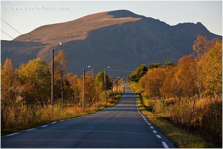 Kveldssol på Meby med Gavltinden (662 moh) på Andøya i bakgrunnen (Oktober 2006). Klikk på bildet for større versjon.