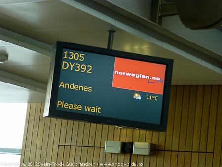 Den historiske direkteruten mellom Oslo og Andenes fikk rutekoden DY392. Under oppropet på gaten gjorde personalet alle reisende oppmerksomme på det historiske ved flygningen.