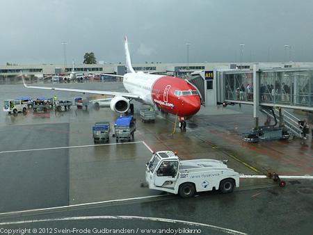 Flyet gikk fra gate 11 på Gardermoen lufthavn. Ruten vil vanligvis trafikkeres av en Boeing 737-300 som tar 148 passasjerer, men pga stor pågang valgte man å øke kapasiteten og satte inn en Boeing 737-800 for anledningen.